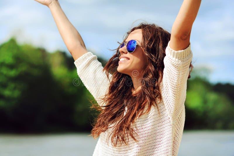 Mooie gelukkige vrouw die van vrijheid in openlucht genieten stock fotografie