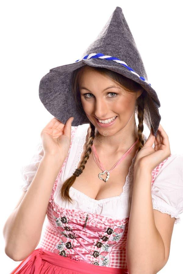 Mooie gelukkige vrouw in een dirndl en een hoed royalty-vrije stock foto