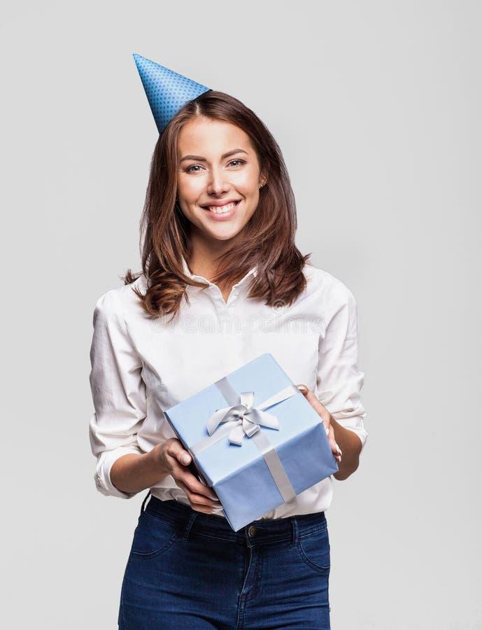 Mooie gelukkige vrouw met giftdoos bij vieringspartij Verjaardag of Nieuwjaarvooravond het vieren concept stock afbeelding