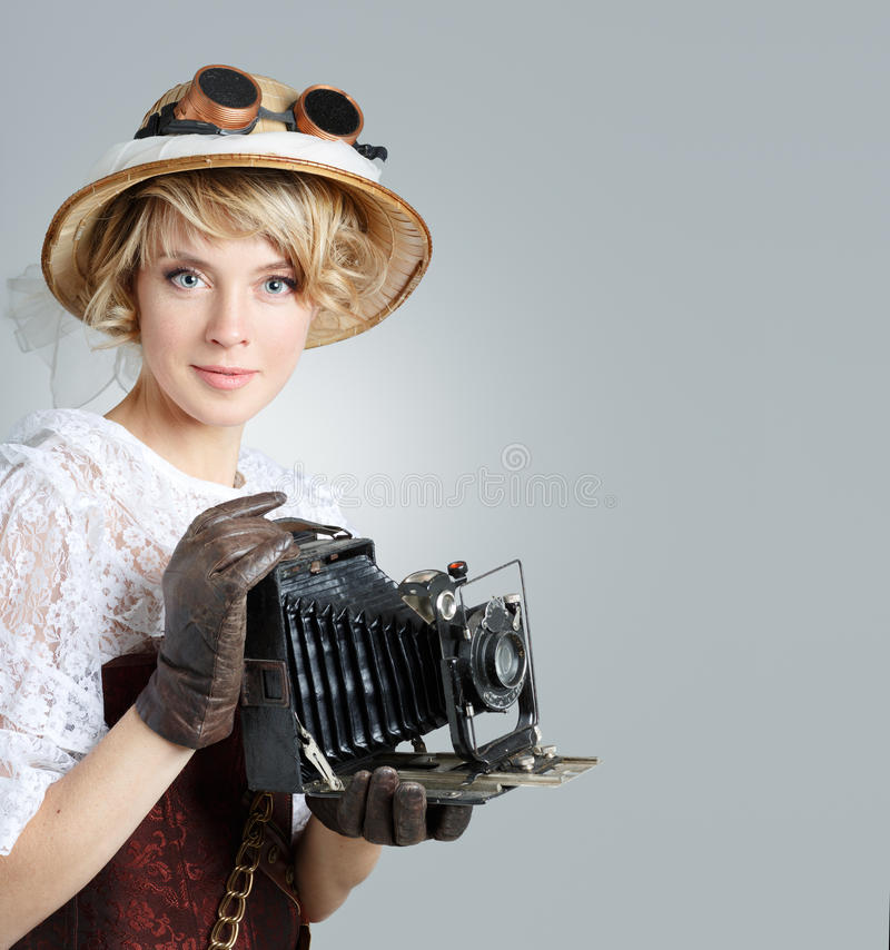 Mooie gelukkige vrouw met retro camera royalty-vrije stock afbeelding