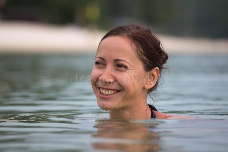 Mooie gelukkige vrouw in zeewater royalty-vrije stock fotografie