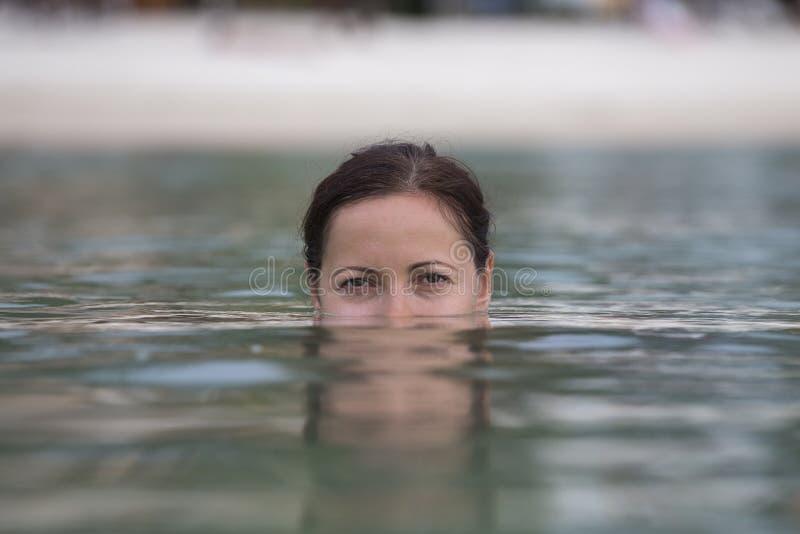 Mooie gelukkige vrouw in zeewater stock foto