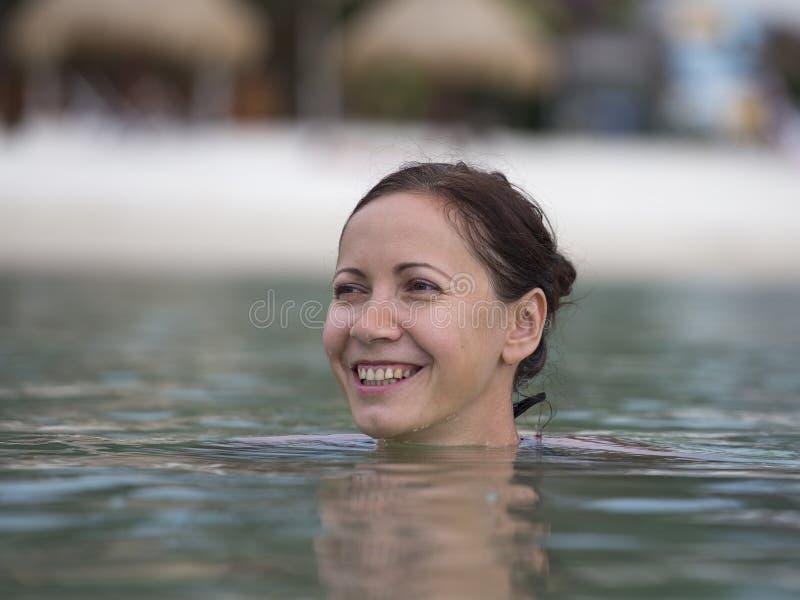 Mooie gelukkige vrouw in zeewater royalty-vrije stock afbeelding