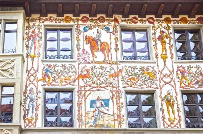 Mooie geschilderde voorgevel met vensterblinden in de oude stad van Luzerne, Zwitserland stock afbeeldingen