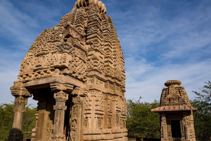 Mooie gesneden oude die Jain-tempels in de 6de eeuwadvertentie worden geconstrueerd in Osian, India stock foto