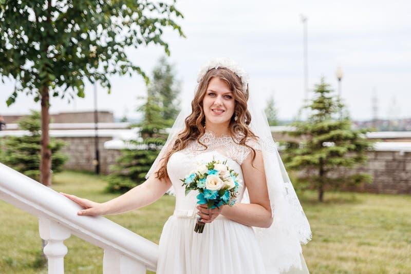 Mooie gevoelige bruid in witte kleding in de zomer royalty-vrije stock afbeeldingen