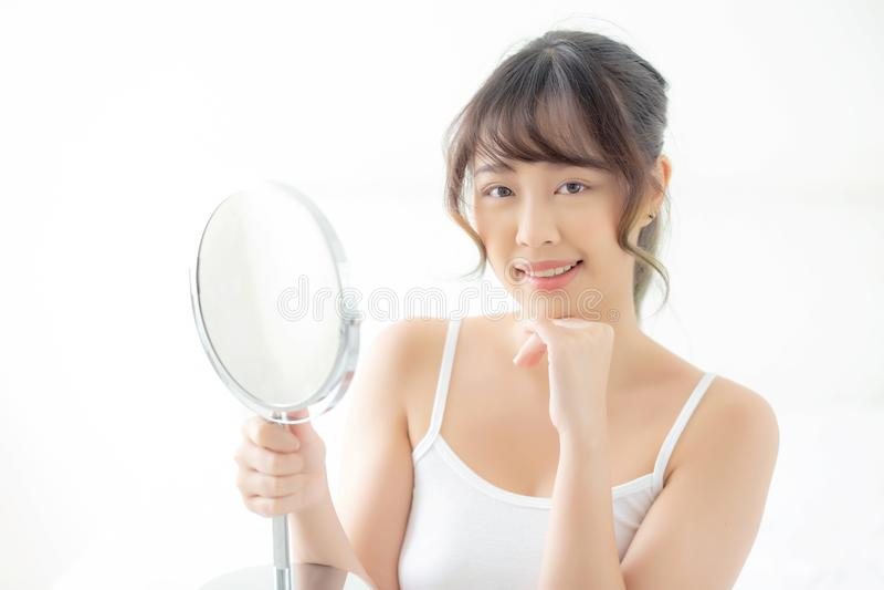 Mooie gezichts jonge Aziatische vrouw met het gelukkige glimlachen en het kijken spiegel, make-up van schoonheids gezichtsmeisje  royalty-vrije stock foto's