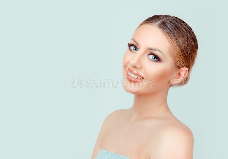 Mooie gezichts jonge volwassen vrouw met schone verse huid stock afbeeldingen