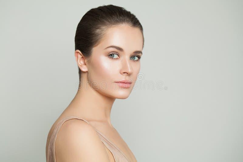 Mooie gezonde vrouw met duidelijke huid Natuurlijke schoonheid, skincare en gezichtsbehandeling stock afbeeldingen