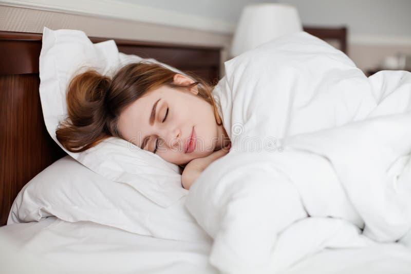 Mooie gezonde vrouwenslaap in hotelaantal stock afbeeldingen