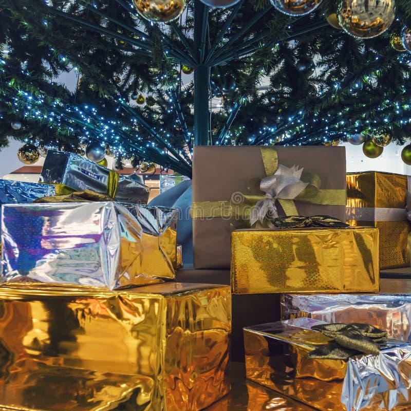 Mooie giftdozen en vage Kerstboom op achtergrond stock fotografie