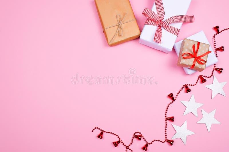 Mooie giftdozen op roze achtergrond royalty-vrije stock foto's