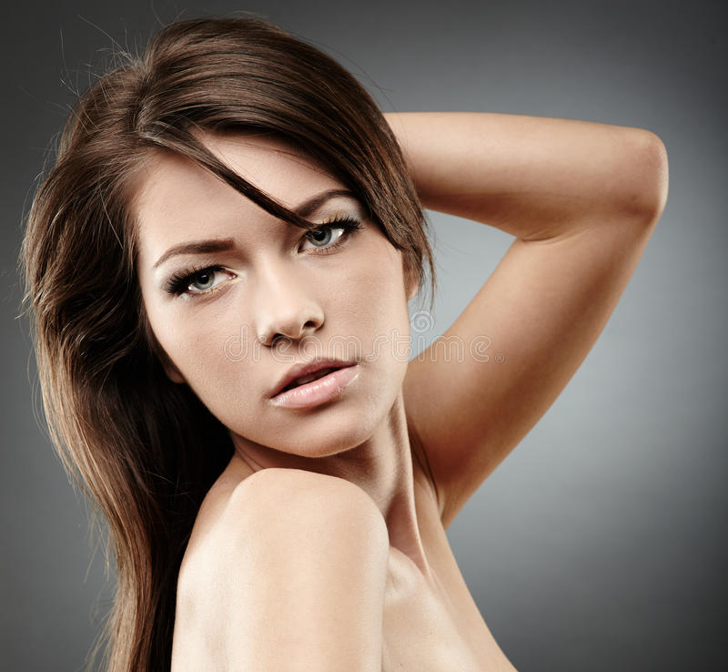 Mooie glamourvrouw op grijze achtergrond royalty-vrije stock afbeelding