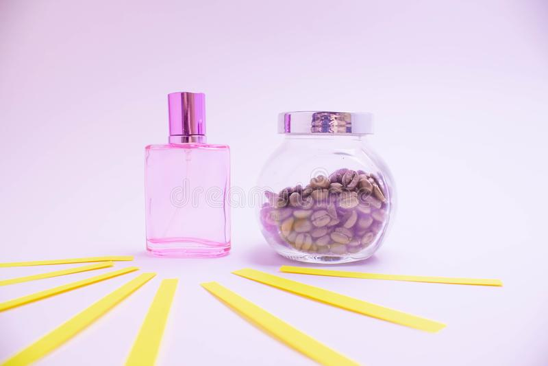 Mooie glasflessen verschillende kleuren van parfum op een witte achtergrond royalty-vrije stock afbeelding