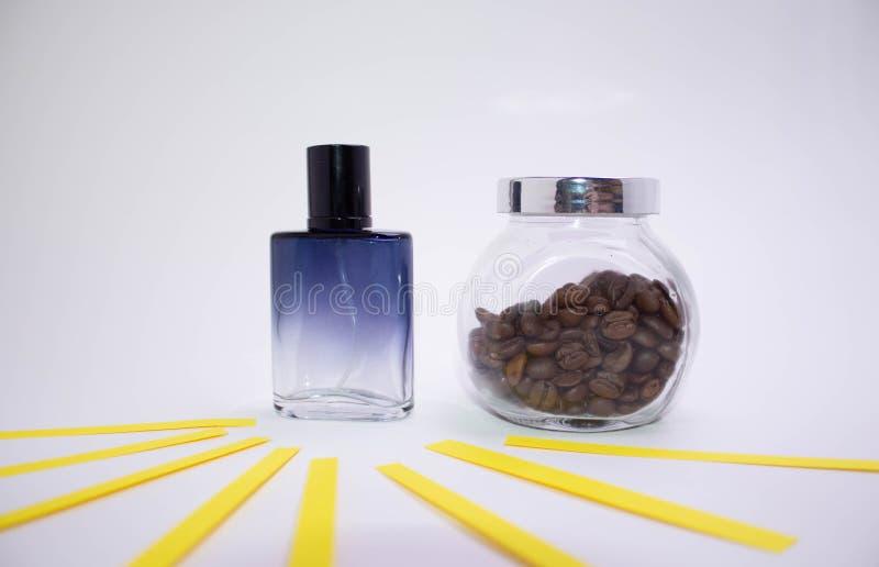 Mooie glasflessen verschillende kleuren van parfum op een witte achtergrond royalty-vrije stock foto
