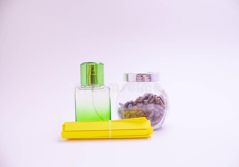 Mooie glasflessen verschillende kleuren van parfum op een witte achtergrond stock fotografie