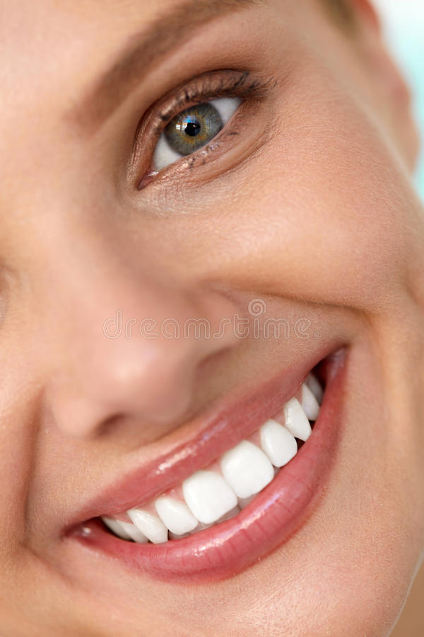 Mooie glimlach Het glimlachen Vrouwengezicht met Witte Tanden, Volledige Lippen stock afbeeldingen