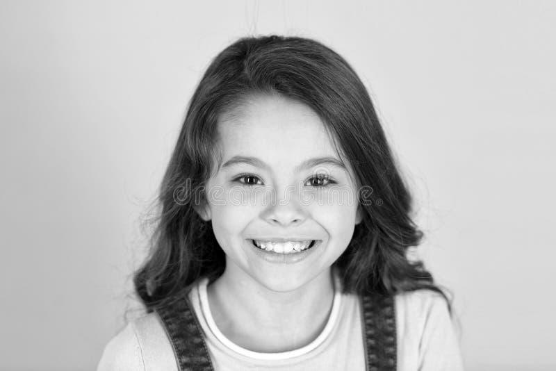 Mooie glimlach Kind gelukkige geniet vrolijk van kinderjaren Meisjes krullend kapsel aanbiddelijk het glimlachen gelukkig gezicht stock afbeelding