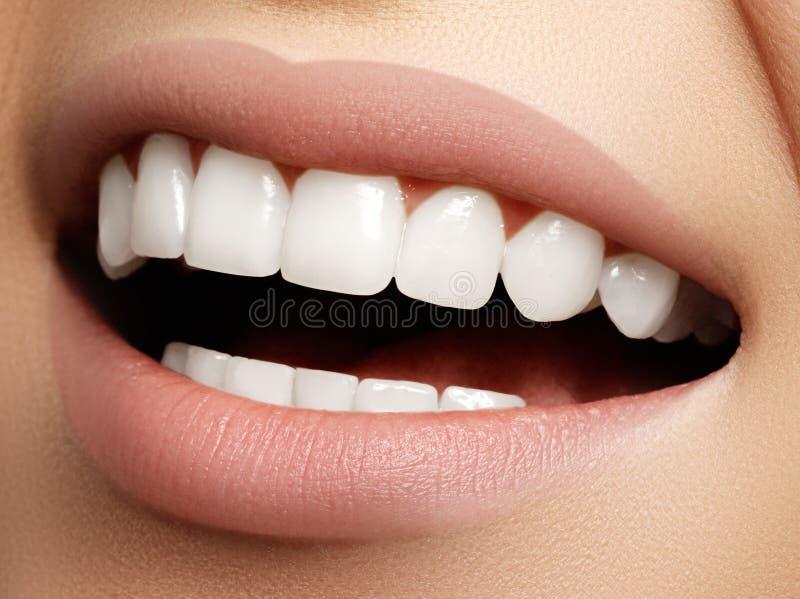Mooie glimlach met het witten van tanden Tandfoto Macrocloseu stock afbeeldingen