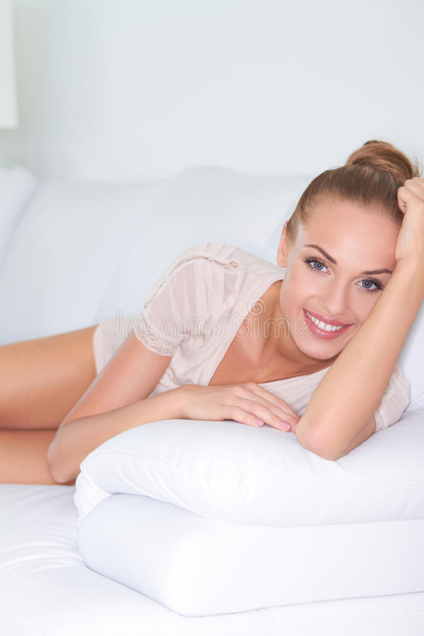 Mooie glimlach op mooie vrouw royalty-vrije stock foto
