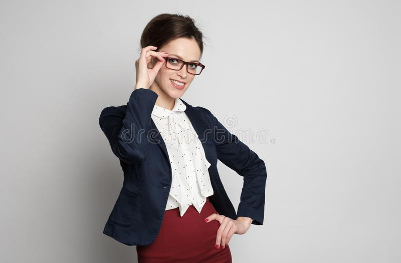 Mooie glimlachende bedrijfsvrouw die glazen draagt stock afbeeldingen
