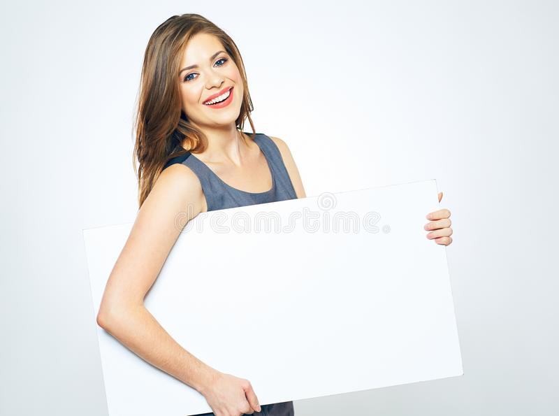 Mooie glimlachende bedrijfsvrouw die witte lege tekenraad houden stock afbeelding