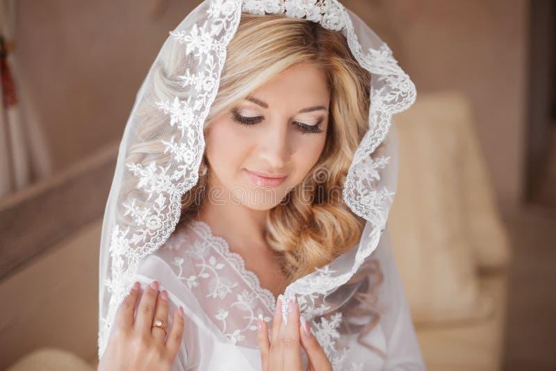 Mooie glimlachende bruid in huwelijkssluier Het portret van de schoonheid gelukkig royalty-vrije stock foto's