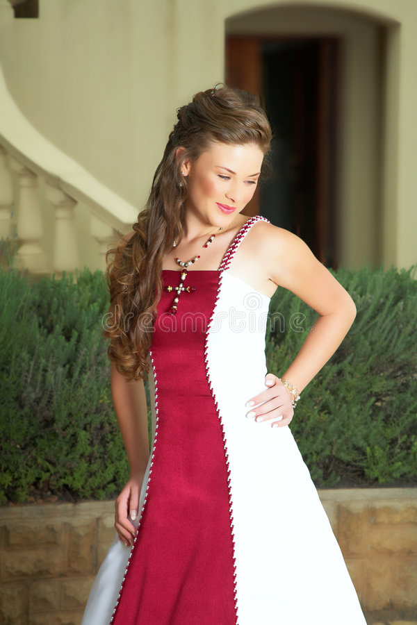 Mooie glimlachende bruid in rood royalty-vrije stock afbeeldingen