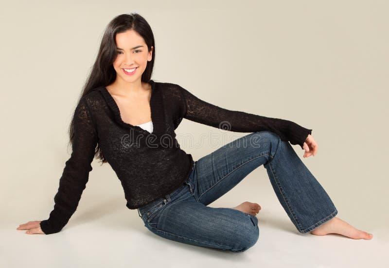 Mooie Glimlachende Dame Sitting stock fotografie