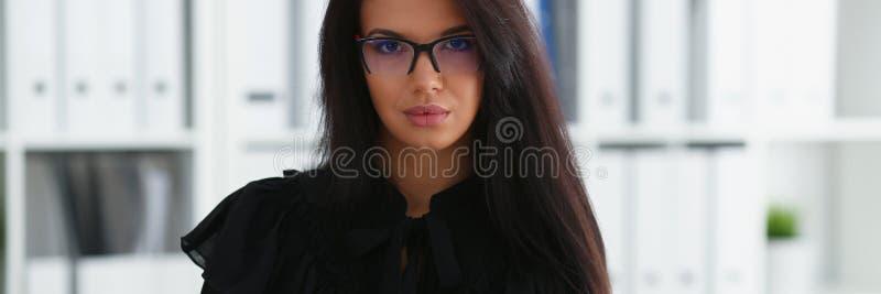 Mooie glimlachende donkerbruine vrouw in bureau royalty-vrije stock foto's