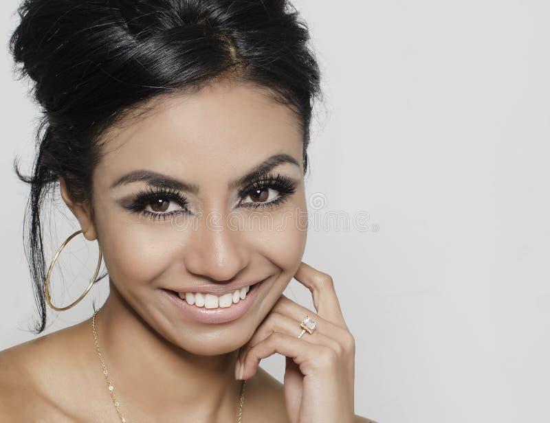 Mooie glimlachende gelukkige jonge vrouw stock afbeeldingen
