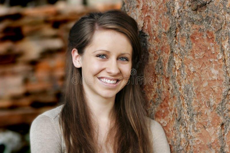 Mooie, Glimlachende Jonge Vrouw royalty-vrije stock afbeeldingen