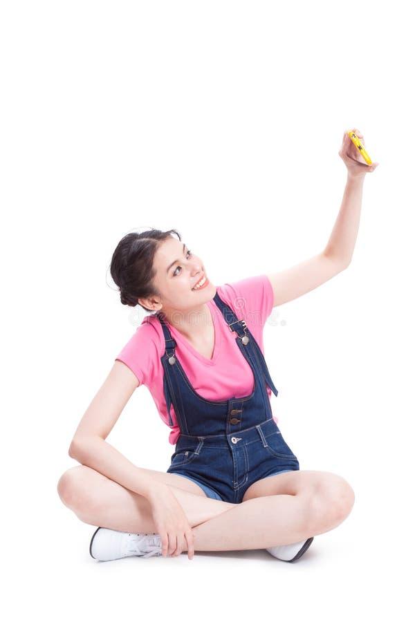 Mooie glimlachende jonge vrouw die selfie beeld nemen stock foto