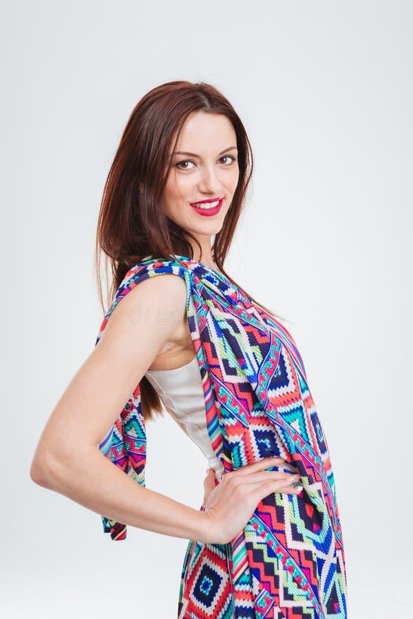 Mooie glimlachende jonge vrouw in kleurrijke sundress royalty-vrije stock foto's