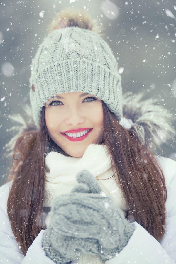 Mooie glimlachende jonge vrouw in warme kleding het concept P royalty-vrije stock foto's