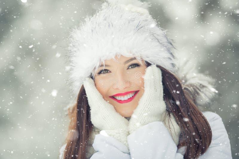 Mooie glimlachende jonge vrouw in warme kleding het concept P royalty-vrije stock fotografie