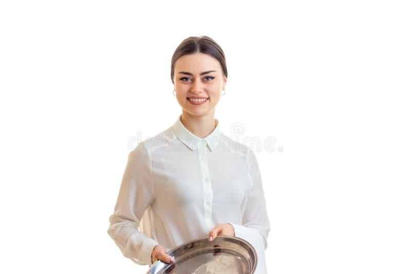 Mooie glimlachende serveerster met een dienblad in haar handen stock fotografie