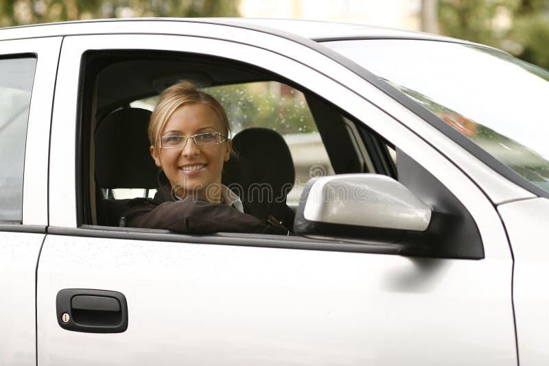 Mooie glimlachende vrouw in auto stock afbeeldingen
