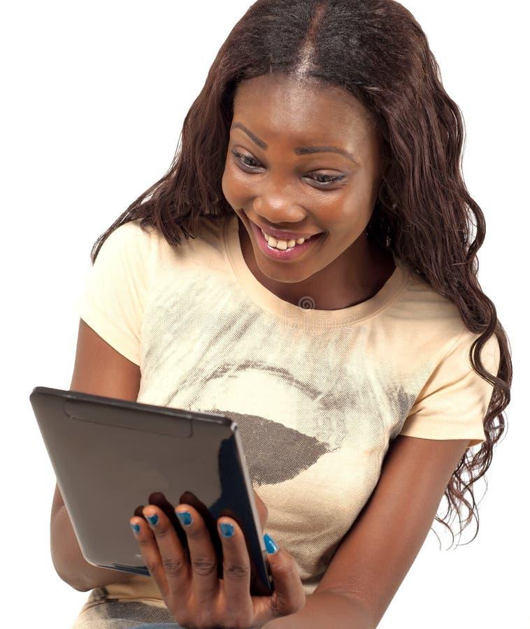 Mooie Glimlachende Vrouw Die Digitale Tablet Houden Royalty-vrije Stock Afbeeldingen