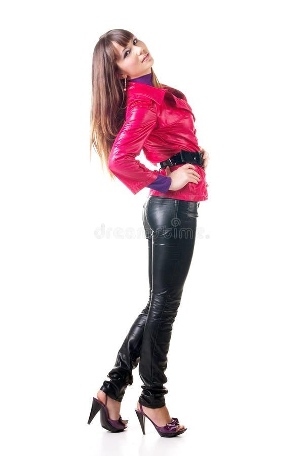 Mooie glimlachende vrouw in leerbroek. stock fotografie