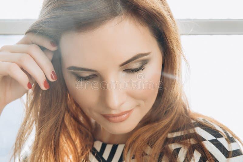 Mooie Glimlachende Vrouw Manicurespijkers makeup Rode lange haarstijl Elegante dame in zwart-witte kleding royalty-vrije stock fotografie