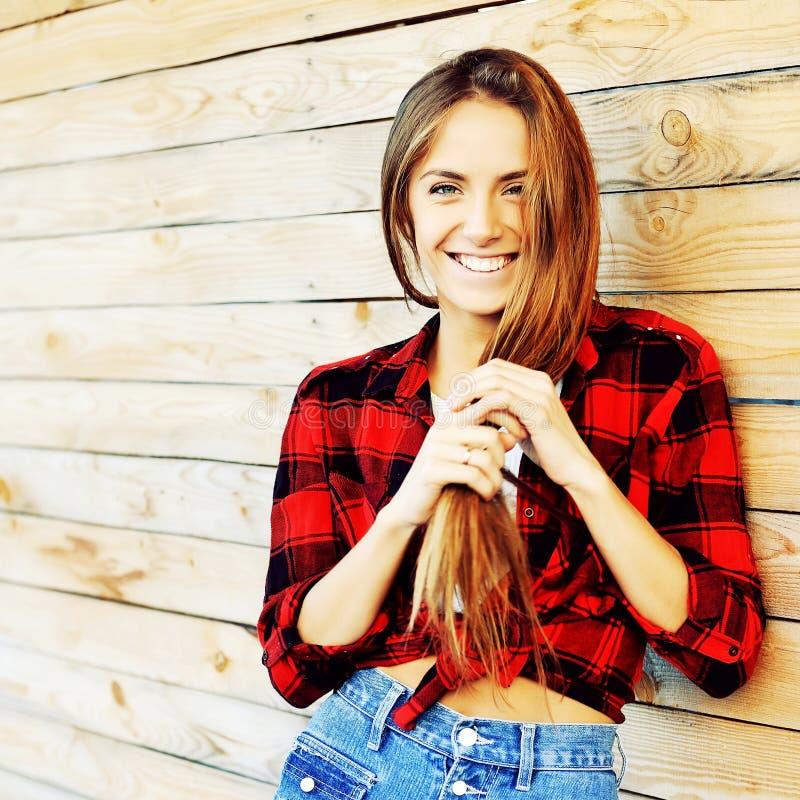 Mooie glimlachende vrouw in manierstijl openlucht royalty-vrije stock afbeeldingen