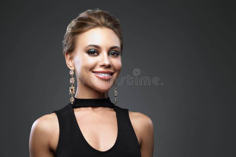 Mooie glimlachende vrouw met avondsamenstelling Juwelen en Schoonheid De foto van de manier stock fotografie