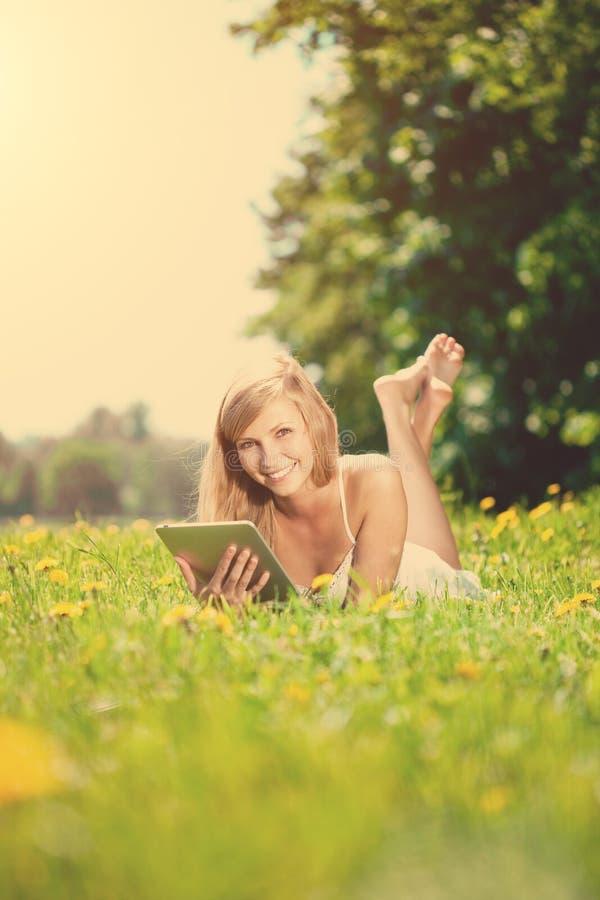 Mooie glimlachende vrouw met tabletPC, in openlucht stock foto's