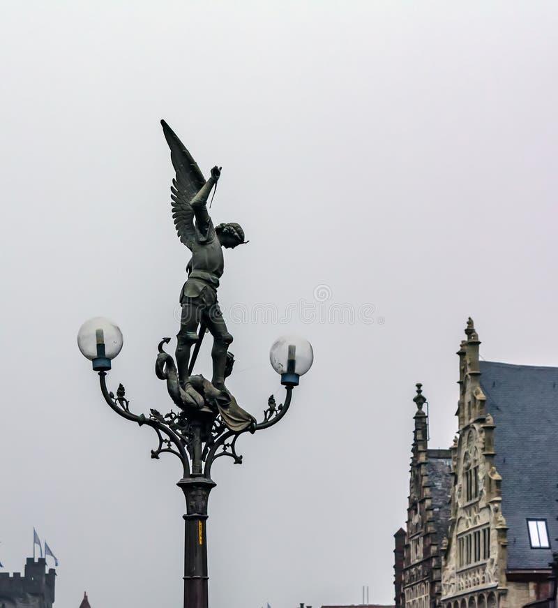 Mooie gotische lantaarn met een bronsstandbeeld van St Michael stock fotografie