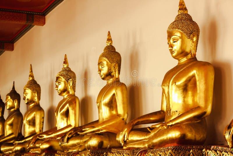 Mooie gouden Boedha op het voetstuk, sommige witte muren royalty-vrije stock afbeeldingen