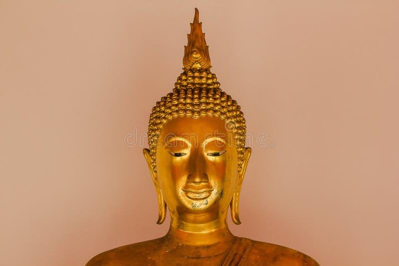 Mooie gouden Boedha op het voetstuk, sommige witte muren stock foto
