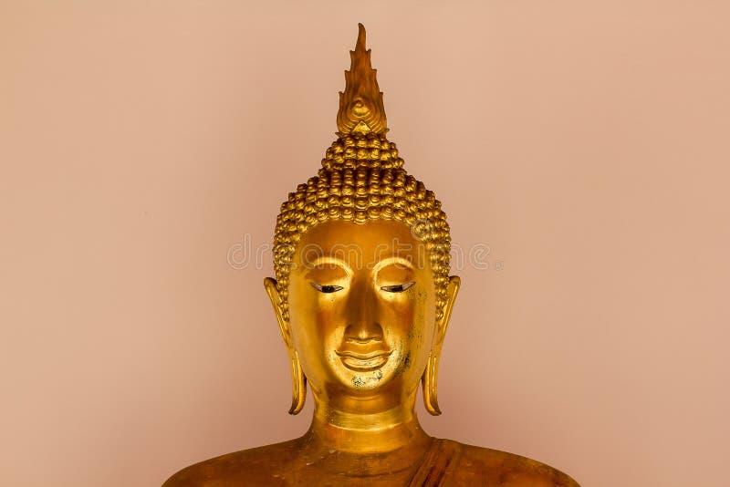 Mooie gouden Boedha op het voetstuk, sommige witte muren royalty-vrije stock foto