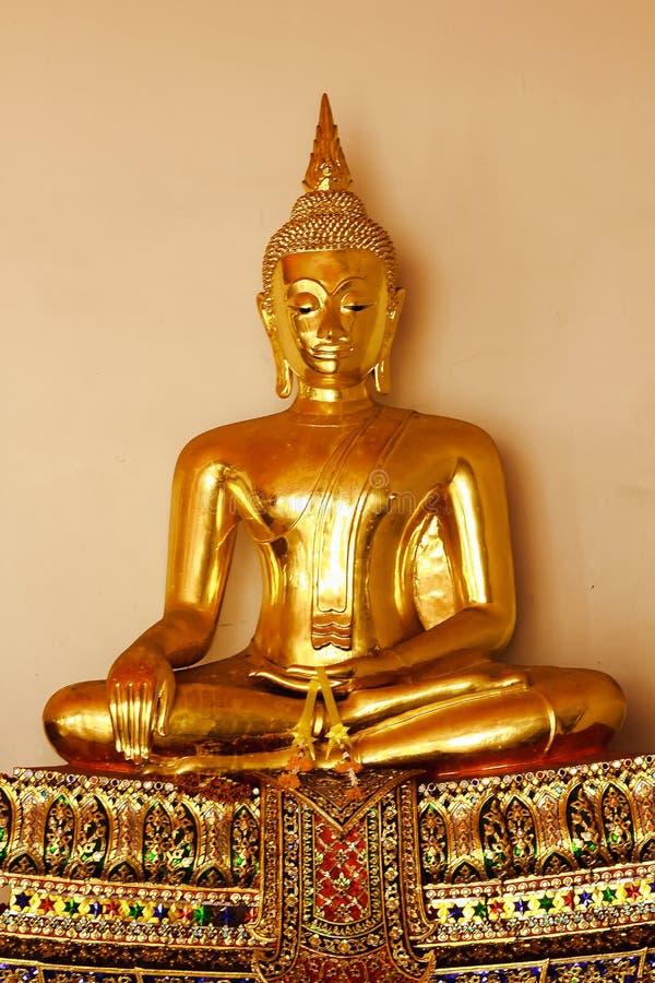 Mooie gouden Boedha op het voetstuk, sommige witte muren royalty-vrije stock afbeelding