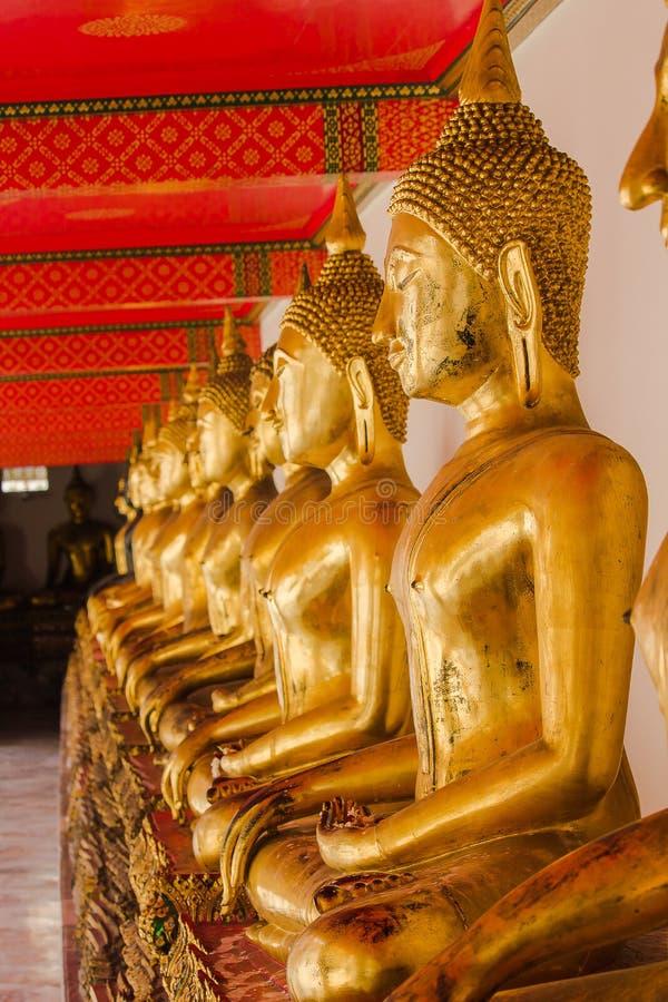 Mooie gouden Boedha op het voetstuk, sommige witte muren royalty-vrije stock foto's